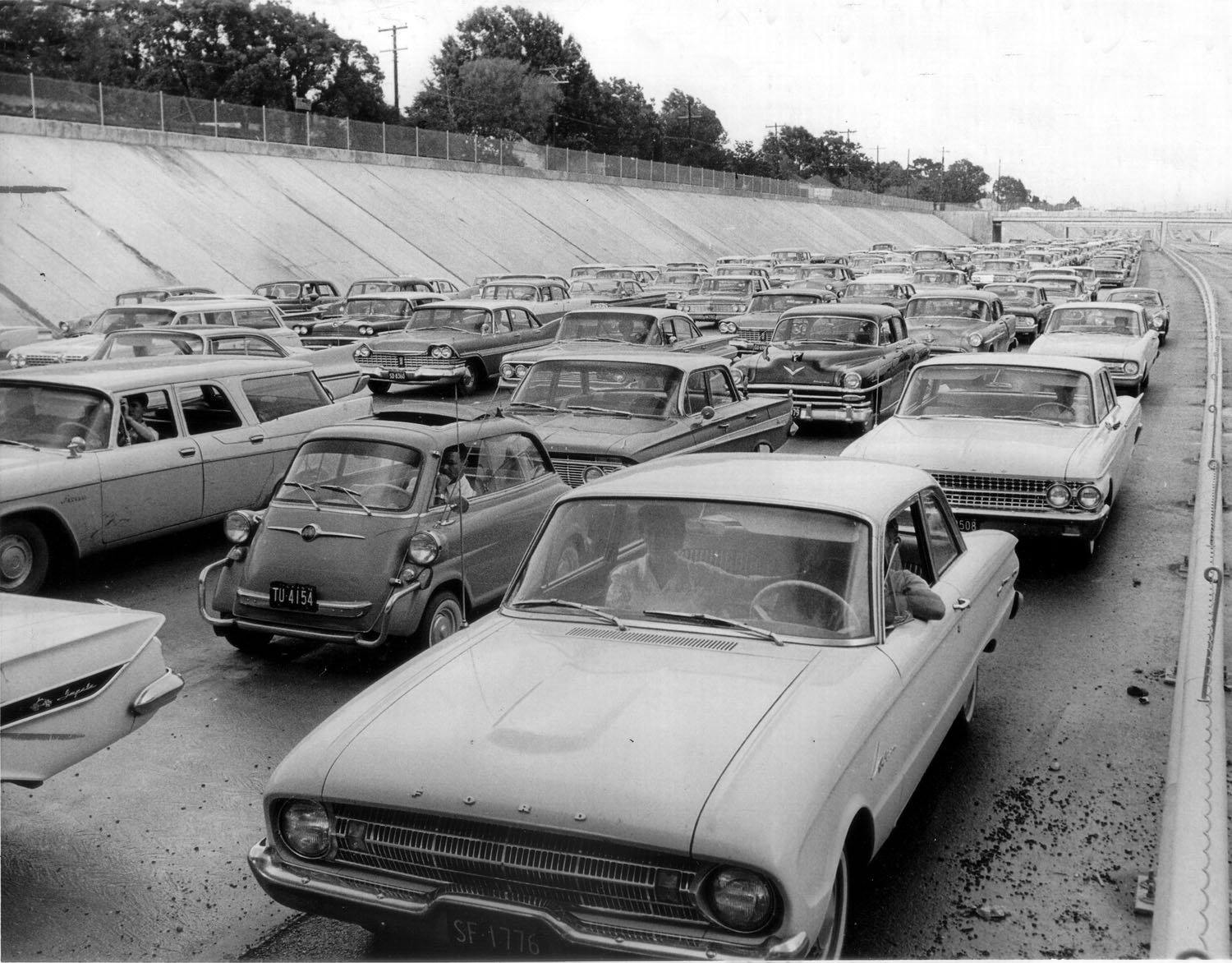 http://www.texasfreeway.com/Houston/historic/photos/images/us59_trench_traffic_jam_1962.jpg